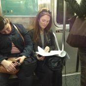 Julianne Moore é flagrada por fã em transporte público de Nova York