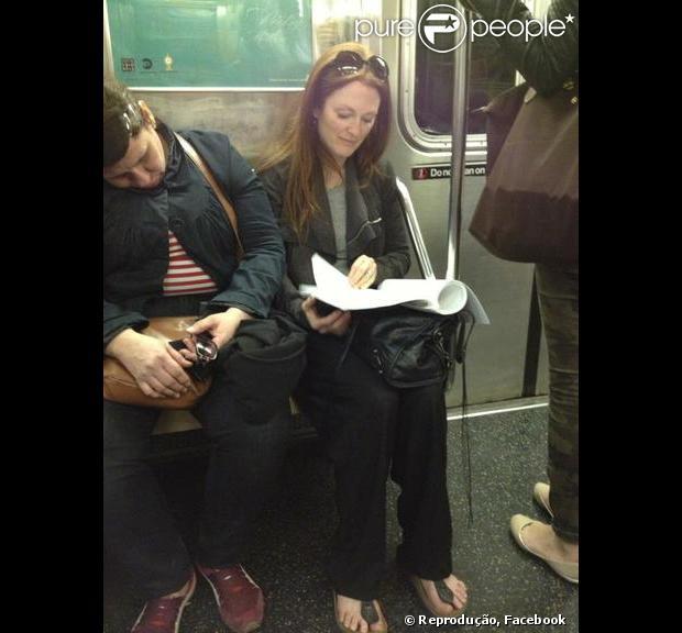 Julianne Moore foi flagrada no metrô de Nova York por um fã, nesta quinta-feira, 11 de abril de 2013