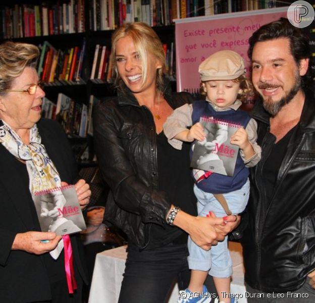Adriane Galisteu lança o livro 'Mãe, Você é Tudo Para Mim', em São Paulo, na companhia do marido, Alexandre Iódice, do filho do casal, Vittorio, e da mãe, Dona Emma. Em 13 de abril de 2013