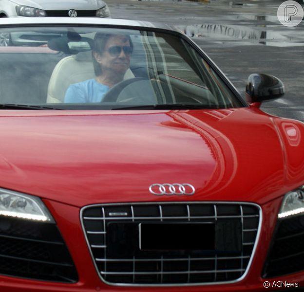 Roberto Carlos tirou onda ao ser fotografado dirigindo o seu carro esportivo avaliado em R$ 1,2 milhão. Confira os mimos luxuosos dos famosos!