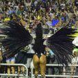 Camila Silva mostra boa forma durante desfile da Vai-Vai em São Paulo