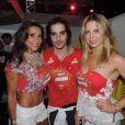 Fiuk com as dançarinas Scheila Carvalho e Sheila Mello