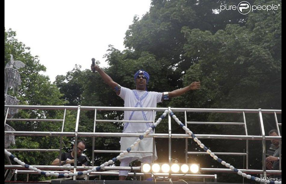 Márcio Victor, vocalista da banda Psirico, comandou o bloco Inter neste domingo, 15 de fevereiro de 2015, após ser submetido a uma cirurgia no último sábado