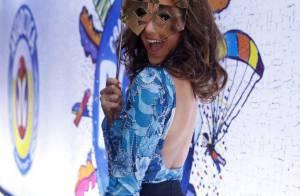 Bruna Marquezine vai com máscara curtir os desfiles na Sapucaí, no Rio