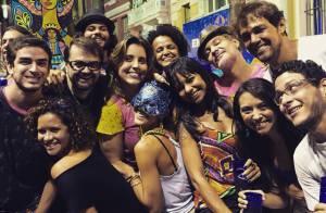 Carol Castro usa máscara para curtir Carnaval com amigos em Recife.'Noite feliz'