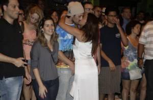 Suzana Pires beija o namorado, Diogo Sacco, em ensaio da Vila Isabel no Rio