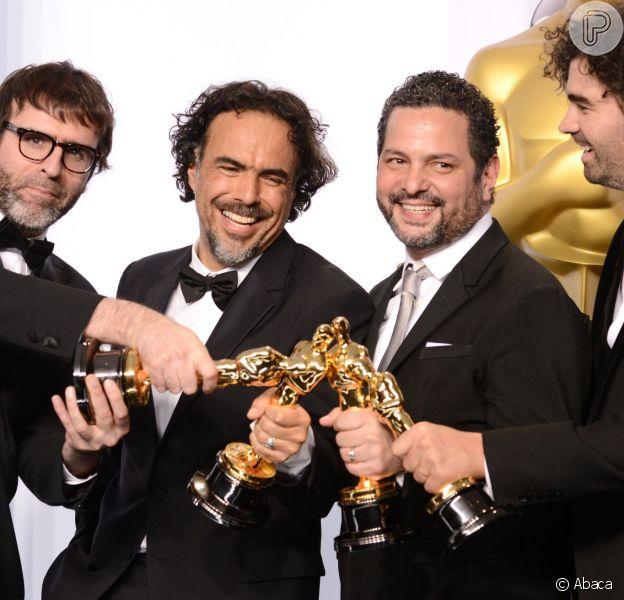 Nicolas Giacobone, Alejandro G. Inarritu, Alexander Dinelaris e Armando Bo posam com as quatro estatuetas vencidas por 'Birdman' no Oscar, em 22 de fevereiro de 2015