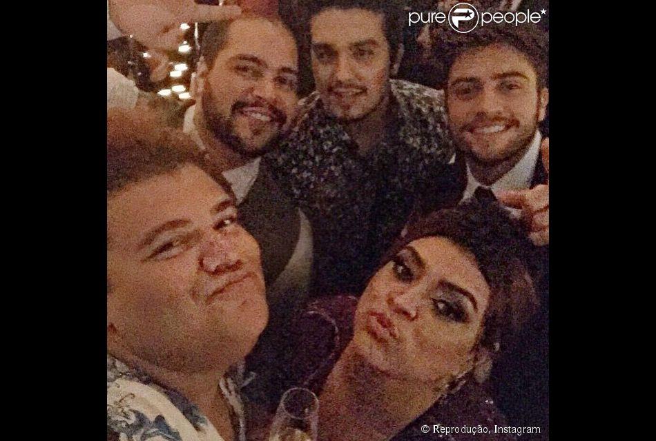 Luan Santana posa com Gominho, Tiago Abravanel, Preta Gil e Rodrigo Godoy no casamento de Thiaguinho e Fernanda Souza, em São Paulo, em 24 de fevereiro de 2015