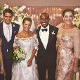 Claudia Raia e os filhos, Enzo e Sophia, posam com os noivos