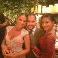 Adriane Galisteu e Claudia Leitte posam com Tiago Abravanel no casamento de Thiaguinho e Fernanda Souza