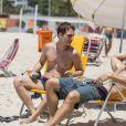 Igor Angelkorte e Gabriel Braga Nunes contracenam na praia, em 'Babilônia'