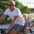 Luciano Huck passeia de bicicleta com a filha, Eva, de 2 anos, na orla da Barra da Tijuca, neste domingo, 1 de março de 2015
