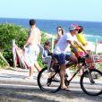 Luciano Huck leva a filha Eva, de 2 anos, na bicicleta, na orla da Barra da Tijuca, neste domingo, 1 de março de 2015.