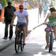 Angélica passeia com Luciano Huck e a filha, Eva, de 2 anos, na praia da Barra da Tijuca, neste domingo, 1 de março de 2015
