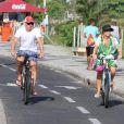 Angélica passeia com o marido Luciano Huck e a filha Eva, de 2 anos, na praia da Barra da Tijuca, neste domingo, 1 de março de 2015.