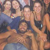 Namorado de Deborah Secco, Hugo Moura surge no colo da atriz em workshop