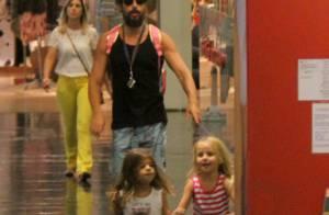 Cauã Reymond passeia com a filha, Sofia, e uma amiguinha em shopping do Rio
