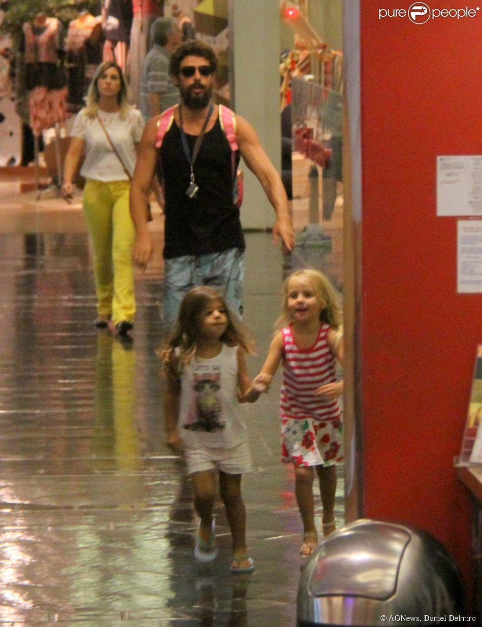 Cauã Reymond passeou com a filha, Sofia, e uma amiguinha por um shopping em 9cf9cacc73