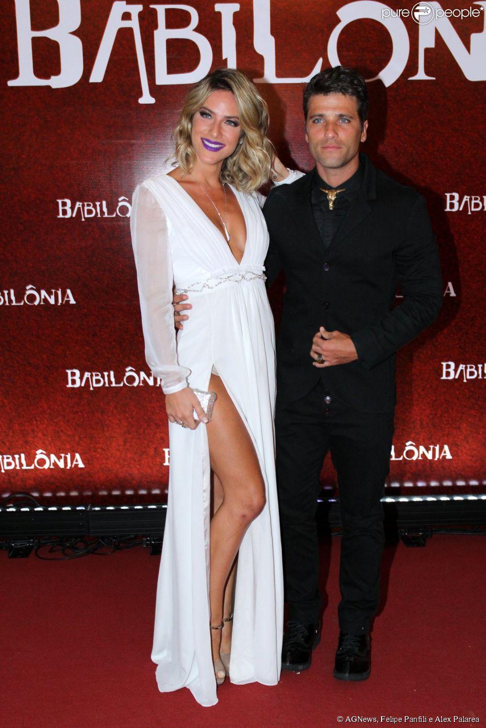 Giovanna Ewbank exibe fenda do vestido ao posar com o marido, Bruno Gagliasso. Ator usou uma caveira no lugar da gravata