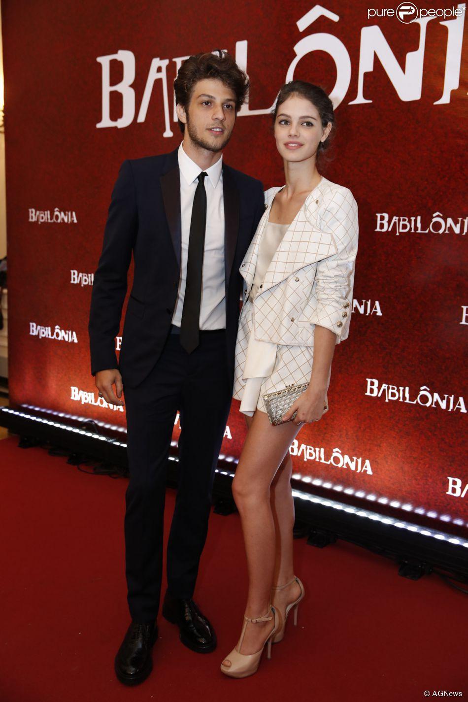 Laura Neiva usou look Chanel para acompanhar o namorado, Chay Suede