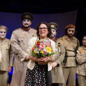 Regina Duarte, da novela 'Sete Vidas', é homenageada por elenco de peça teatral