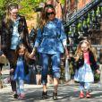 Sarah Jessica Parker costuma ser flagrada buscando as filhas gêmeas Marion e Tabitha na escola, em 26 de abril de 2013