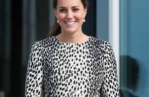 Kate Middleton exibe barriga de oito meses em trench coat da Hobbs de R$ 800