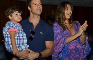 Juliana Paes, com barrigão de gravidez, assiste a 'Shrek' com o marido e o filho