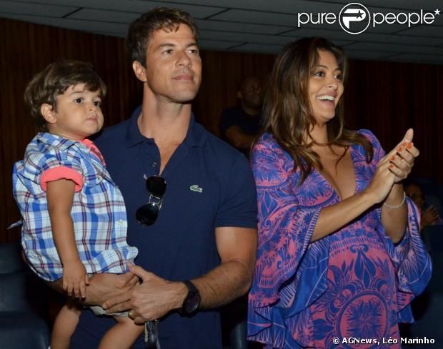 Juliana Paes assiste ao musical 'Shrek' com o marido e o filho no Teatro João Caetano, no Centro do Rio, em 28 de abril de 2013