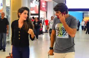 Deborah Secco viaja com o namorado, Hugo Moura, e exibe novo visual em aeroporto
