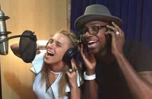 Carolina Dieckmann grava com Mumuzinho e cantor elogia: 'Afinada'. Ouça música!