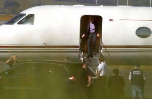 Paul McCartney desembarca no Brasil ao lado da mulher em seu jato particular
