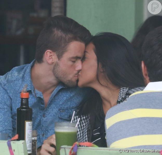 Rafael Licks e Talita Araújo foram flagrados em clima de romance durante almoço em restaurante no Rio de Janeiro, nesta segunda-feira (23 de março de 2015)
