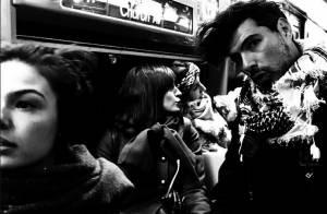 Isis Valverde anda de metrô com o namorado, Uriel Del Toro, em Nova York