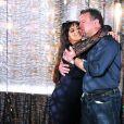 Adriano Garib e Thammy Miranda se abraçam nos bastidores de gravação de 'Salve Jorge'