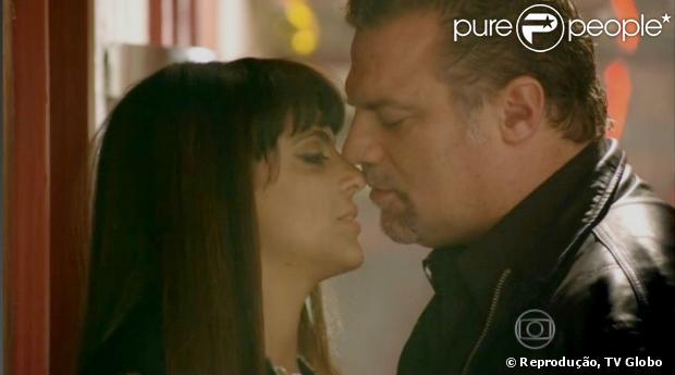 Lohana (Thammy Miranda) e Russo (Adriano Garib) se beijam no último capítulo de 'Salve Jorge', em 17 de maio de 2013