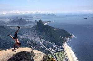 Diego Hypólito posta foto fazendo acrobacia no alto da Pedra da Gávea, no Rio