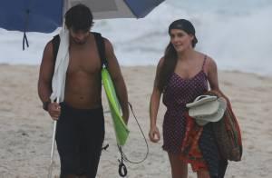 Deborah Secco exibe boa forma com o namorado, Hugo Moura, na praia. Veja fotos!