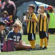 Britney Spears é flagrada com os filhos Jayden e Sean durante um jogo de futebol na California