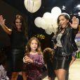 Anitta desfila ao lado de criança e estilista na 20ª Edição do Fashion Weekend Kids