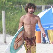 Marlon Teixeira, affair de Bruna Marquezine, exibe corpo sarado ao surfar no Rio