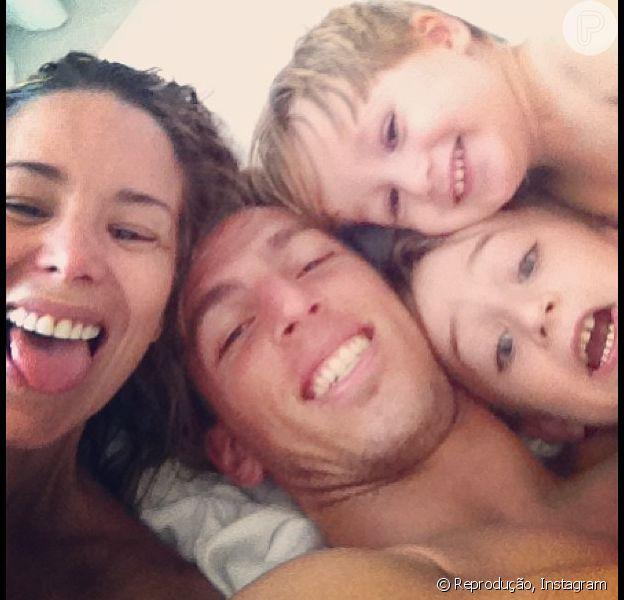 Danielle Winits nega que esteja esperando seu terceiro filho em entrevista para o jornal 'Extra', neste domingo, 12 de maio de 2013