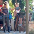 Danille Winits passou o Dia das Mães almoçando com os filhos, Noah, de 4 anos, e Guy, de 2 anos, no Rio