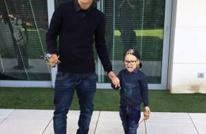 Neymar e o filho, Davi Lucca, posam com mesmo look e fazem careta para foto