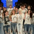 No fim do desfile da Colcci, Gisele Bündchen foi abraçada pelos amigos e modelos que desfilaram com ela na SPFW