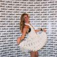 Com um dos looks que desfilou pela Colcci na SPFW, Gisele Bündchen se diverte no backstage de seu último desfile
