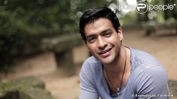 Allyson Castro, namorado de Deborah Secco, viaja para Rondônia para visitar a mãe internada. O cantor escreveu um post no Facebook, em 17 de maio de 2013, dizendo que está feliz por visitar a família