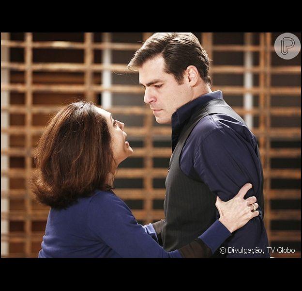 Maria Inês (Christiane Torloni) demite Marcos (Thiago Lacerda) e o coloca para fora do hospital, em 'Alto Astral', em 27 de abril de 2015