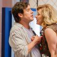 Caíque (Sergio Guizé) explica a Samantha (Claudia Raia) que o namoro dos dois na verdade será uma farsa, em 'Alto Astral'