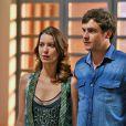 Caíque (Sergio Guizé) abre o jogo com Sueli (Débora Nascimento) e pede que ela passe para seu lado e o de Laura (Nathalia Dill), em 'Alto Astral'
